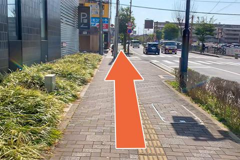 ⑤直進し、横断歩道を渡ります